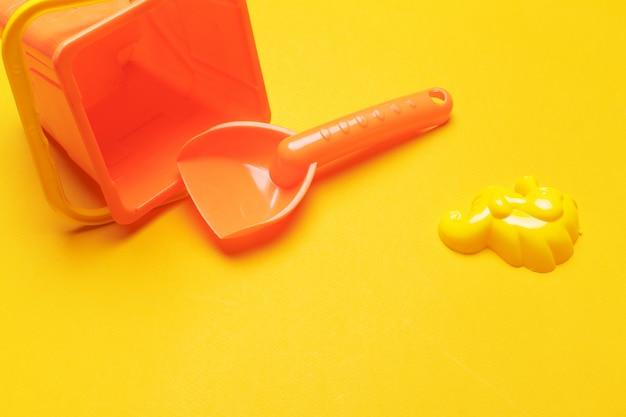 Kleurrijk strandstuk speelgoed op helder