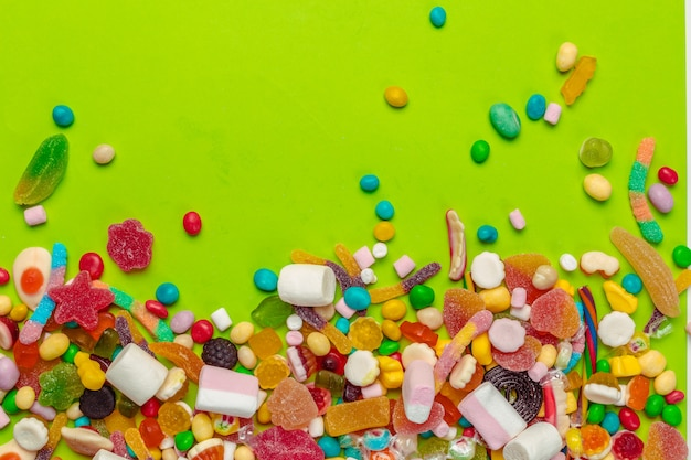 Kleurrijk suikergoed op groene achtergrond
