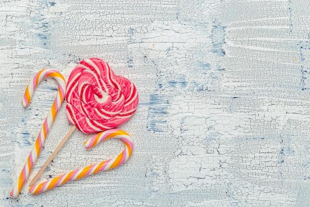 Kleurrijk suikergoed op houten lijstachtergrond.