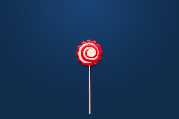 Kleurrijk suikergoed op lijst aangaande blauwe achtergrond