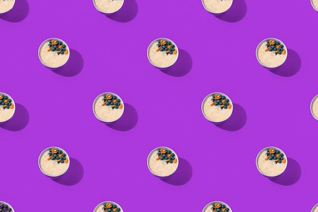 Kleurrijk trendy patroon met ontbijthavermout op een ornamentachtergrond voor creatief behang