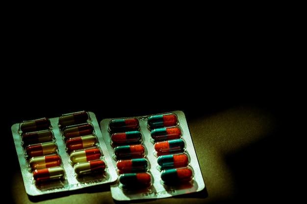 Kleurrijk van antibiotische capsulepillen in blaarpak
