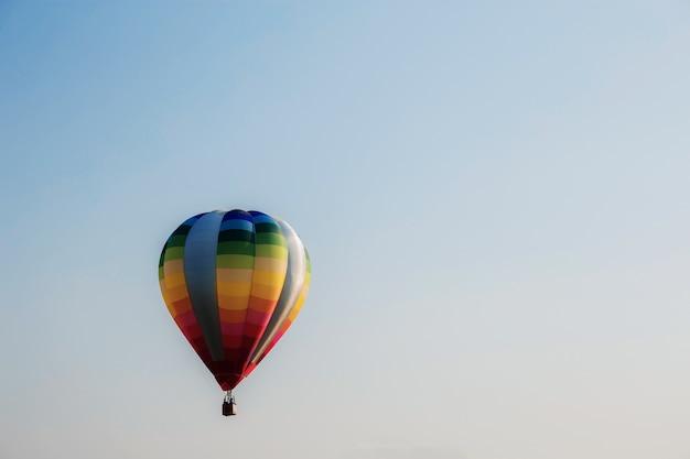 Kleurrijk van ballon op hemel.