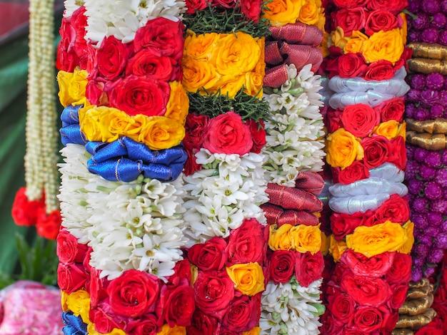 Kleurrijk van bloemenslingers voor hindoeïsme en boeddhisme religieuze ceremonie