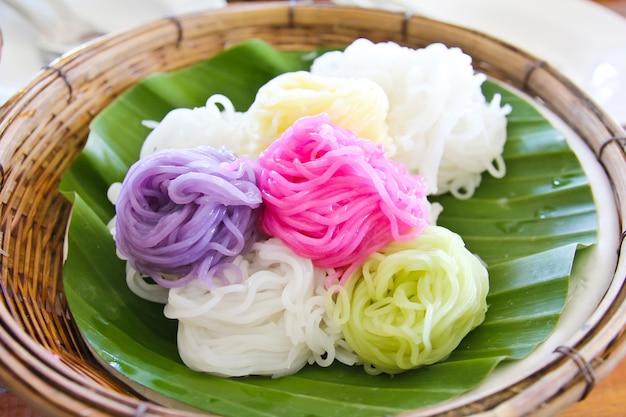 Kleurrijk van thaise vermicellirijstnoedels die met kerrie worden gegeten