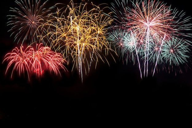 Kleurrijk van vuurwerk in festival van het vakantie het nieuwe jaar op zwarte hemel.