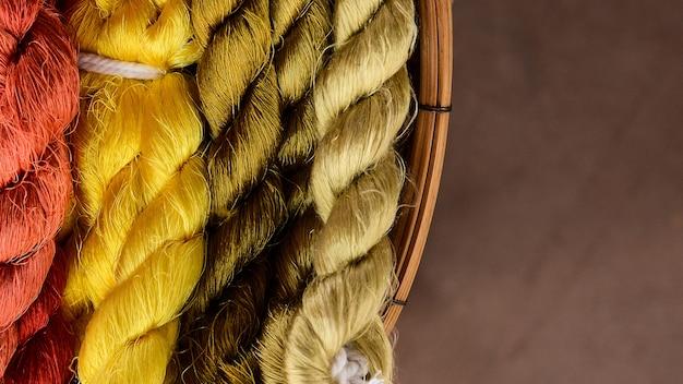 Kleurrijk van zijdegaren voor klaar om te weven