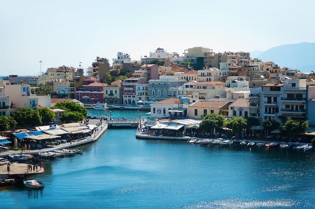 Kleurrijk vissersdorp. uitzicht op de oude stad, zeehaven op zonnige dag