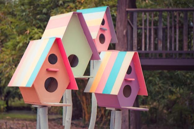 Kleurrijk vogelhuis.