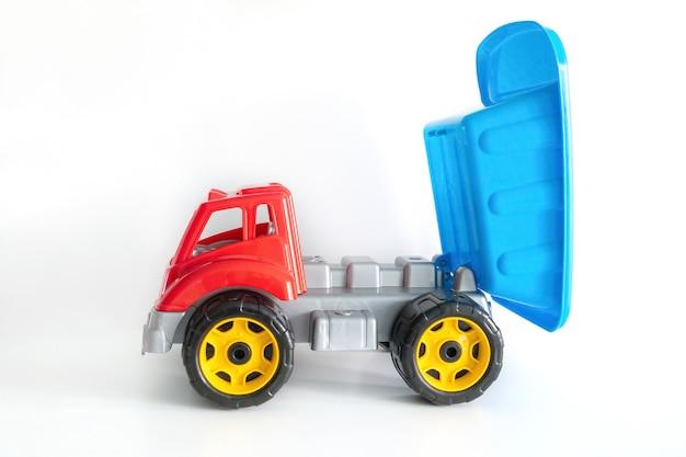 Kleurrijk vrachtwagenstuk speelgoed dat op wit met exemplaarruimte wordt geïsoleerd, speelgoed voor kinderen.