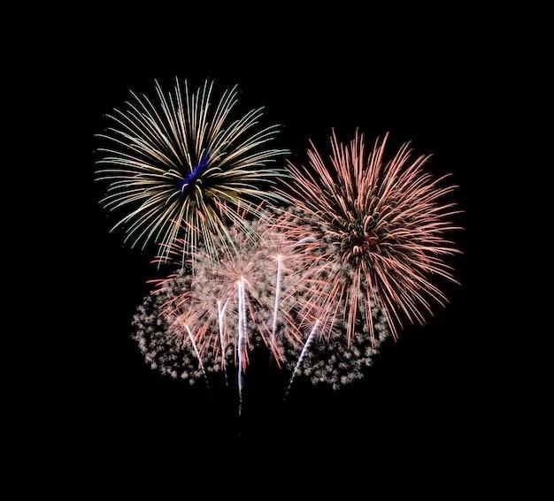 Kleurrijk vuurwerk dat in de nachtelijke hemel explodeert