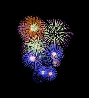 Kleurrijk vuurwerk dat op zwarte wordt geïsoleerd