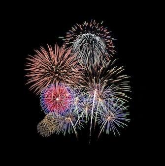 Kleurrijk vuurwerk geïsoleerd op zwart