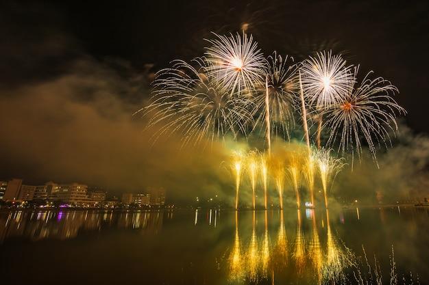 Kleurrijk vuurwerk in de nacht van viering.