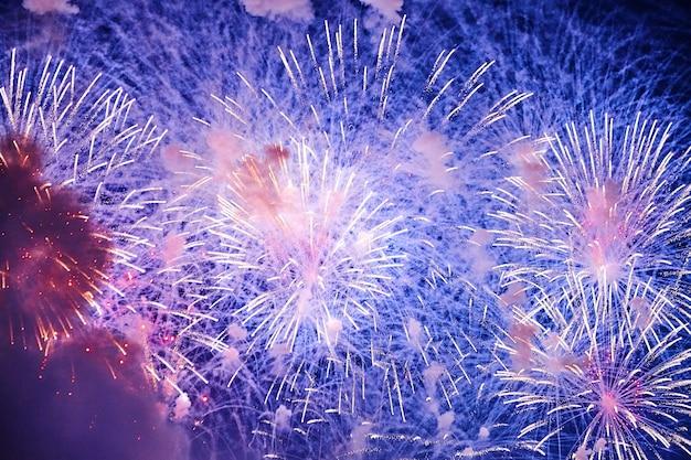Kleurrijk vuurwerk in een nachtelijke hemel
