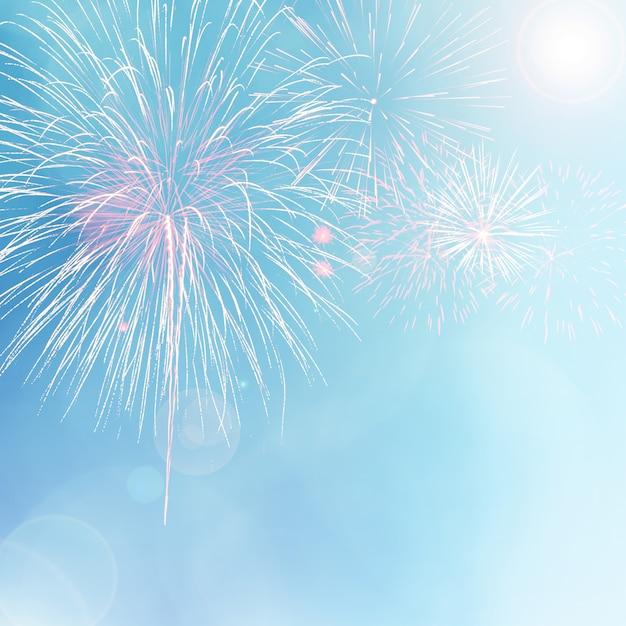 Kleurrijk vuurwerk op blauwe bokehachtergrond met lensgloed