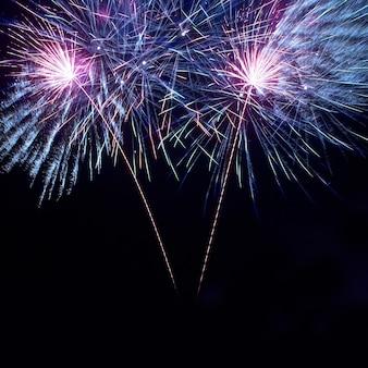 Kleurrijk vuurwerk op de zwarte hemelachtergrond