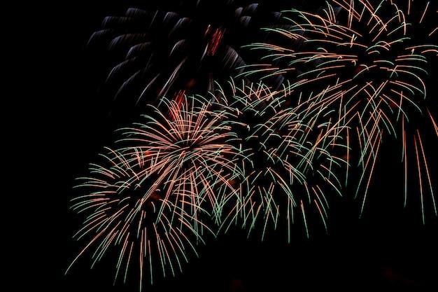 Kleurrijk vuurwerk op een nachtelijke hemelachtergrond