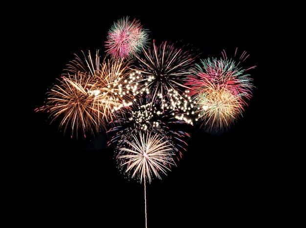 Kleurrijk vuurwerk op zwart