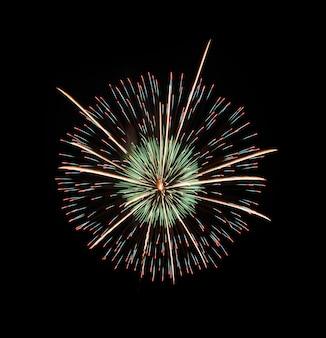 Kleurrijk vuurwerk op zwarte achtergrond