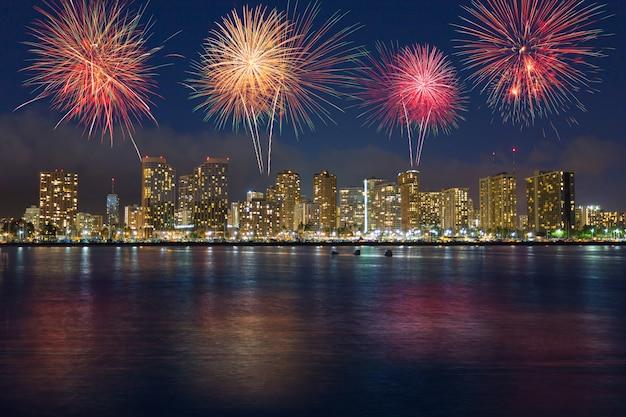 Kleurrijk vuurwerk over de horizon hawaï van honolulu