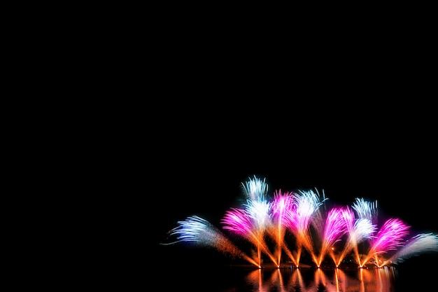 Kleurrijk vuurwerk 's nachts