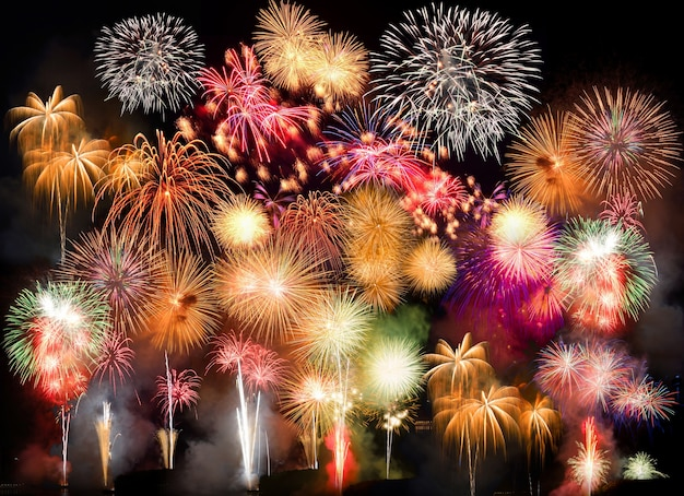 Kleurrijk vuurwerk. vuurwerk is een klasse van explosieve pyrotechnische apparaten die worden gebruikt voor esthetische en amusementsdoeleinden. zichtbare ruis door weinig licht, soft focus, ondiepe dof, lichte bewegingsonscherpte