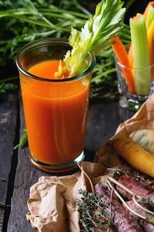 Kleurrijk wortelen en sap