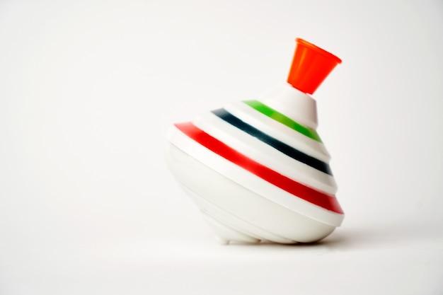 Kleurrijk zweefmolen speelgoed op een wit oppervlak met kopieerruimte