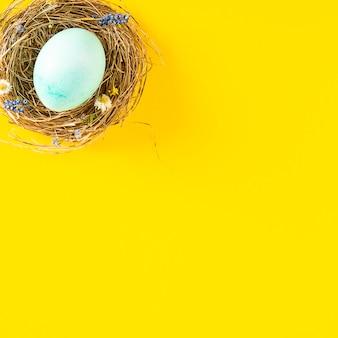 Kleurrijke achtergrond met paaseieren op gele achtergrond. vrolijk pasen-concept. kan worden gebruikt als poster, achtergrond, kerstkaart. plat leggen, bovenaanzicht, kopie ruimte. studio foto