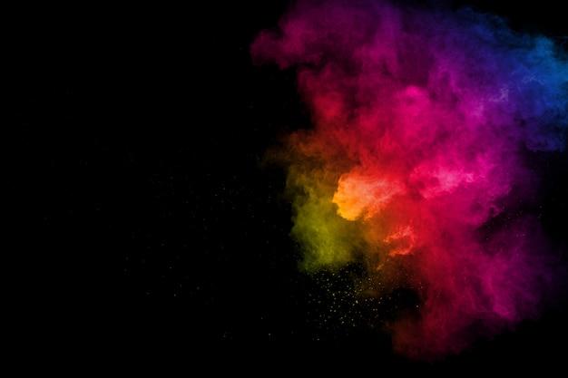 Kleurrijke achtergrond van krijtpoeder. kleur stofdeeltjes spetterde op witte achtergrond.