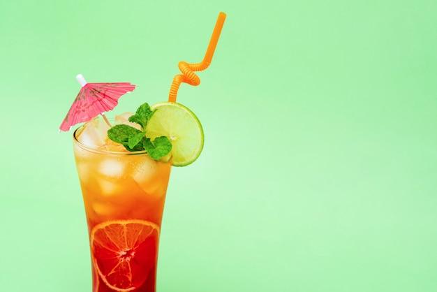 Kleurrijke alcoholische cocktaildrank in het glas
