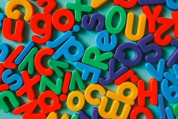 Kleurrijke alfabetletters op een tafel
