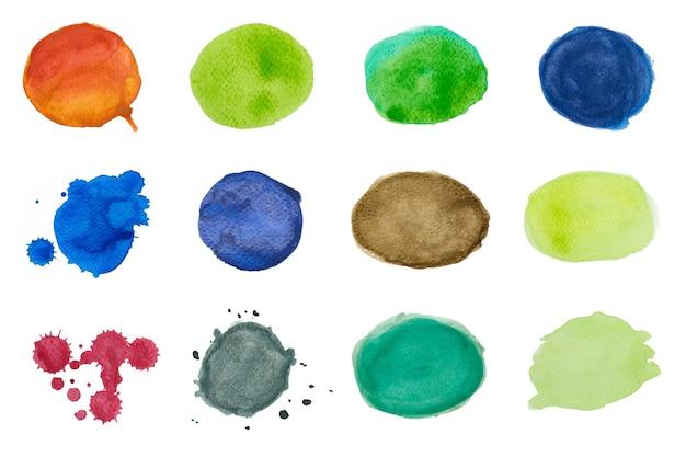 Kleurrijke aquarel cirkel en druppels of spatten op witte achtergrond.