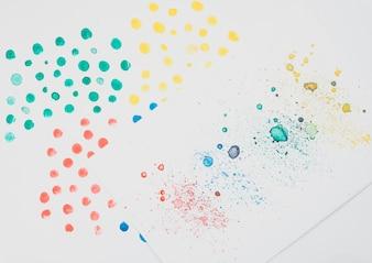 Kleurrijke aquarel gekleurd op tekenpapier