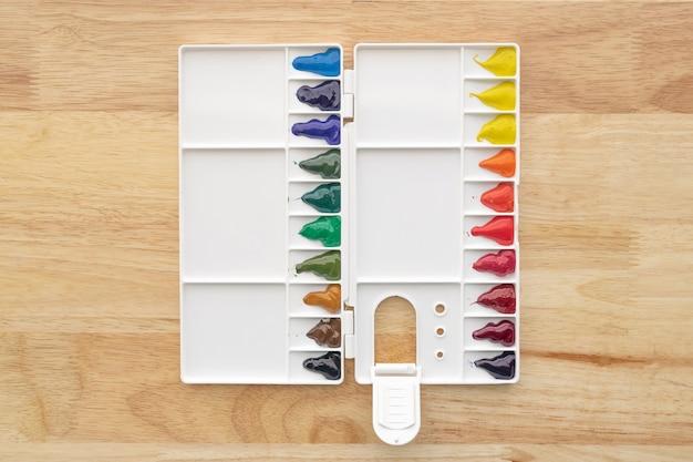Kleurrijke aquarelverf in aquarelpalet op hout. fel veelkleurige aquarelverf in verfdoos.