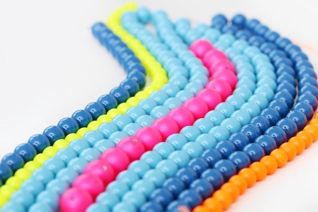 Kleurrijke armband op een witte achtergrond