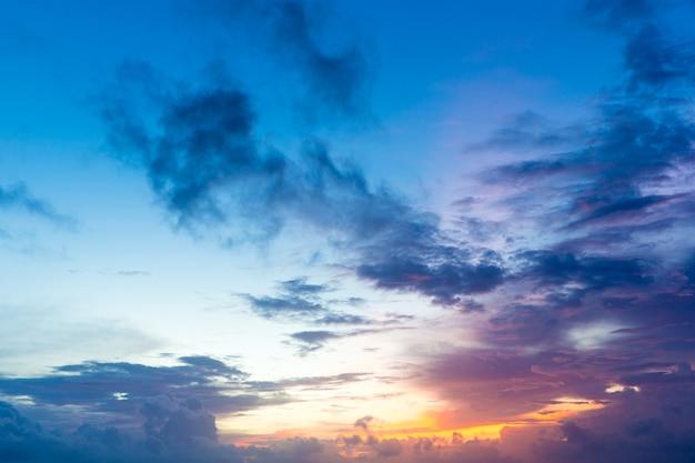 Kleurrijke avondrood over rustige zeeoppervlak