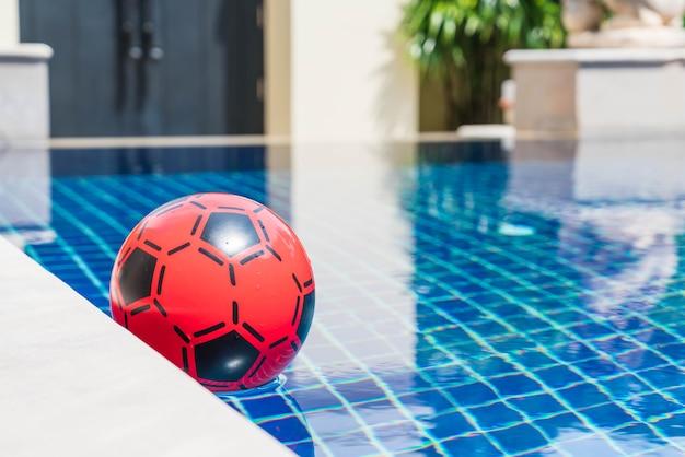 Kleurrijke bal drijvend in een zwembad