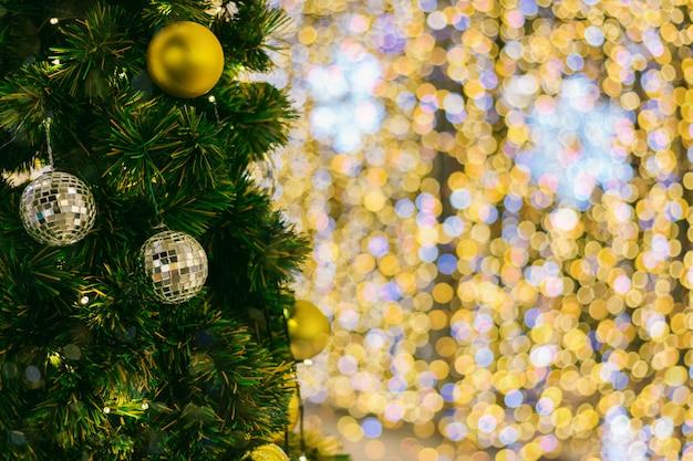 Kleurrijke ballen op groene kerstboom achtergrond decoratie tijdens kerstmis en nieuwjaar
