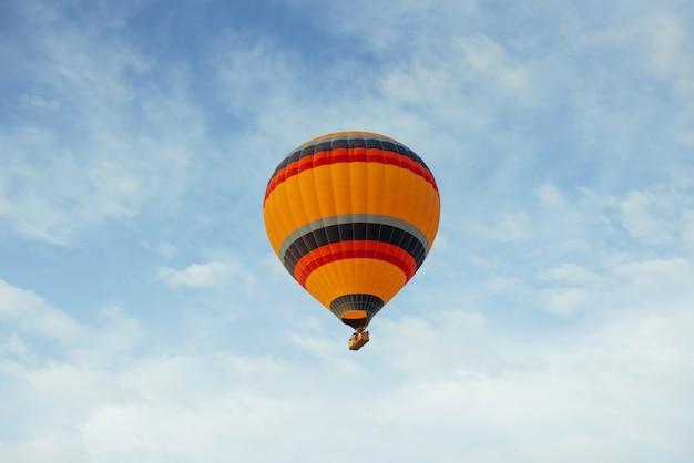Kleurrijke ballon op de blauwe hemel.