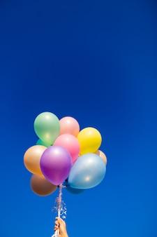 Kleurrijke ballonnen gedaan met een retro instagram filtereffect. concept van gelukkige geboortedag in de zomer en bruiloft, huwelijksreis. vintage kleurtoonstijl.