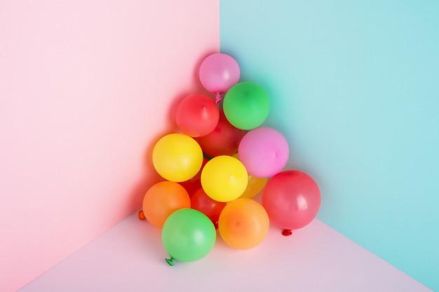 Kleurrijke ballonnen op minimale trendy pastel achtergrond voor feest.