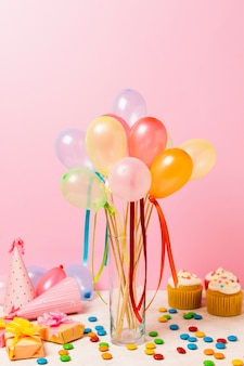 Kleurrijke ballonnen op tafel voor verjaardagsfeestje