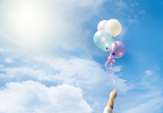 Kleurrijke ballonnen vliegen op de lucht.