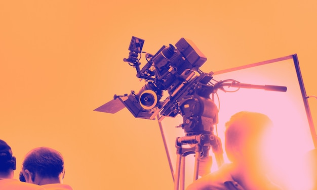 Kleurrijke beelden van achter de schermen schietende productieploeg en hd-videocamera-apparatuur