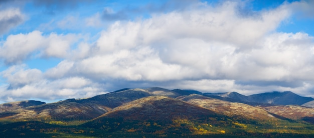 Kleurrijke bergen in toendra