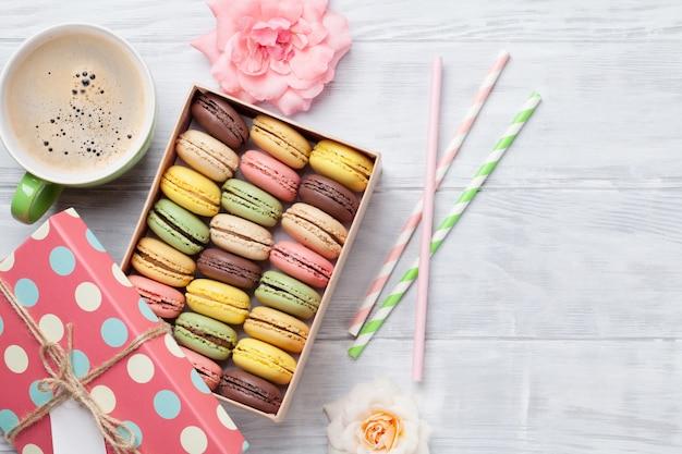 Kleurrijke bitterkoekjes en koffie