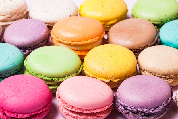 Kleurrijke bitterkoekjes - frans dessert als achtergrond