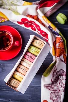 Kleurrijke bitterkoekjes in geschenkdoos en fruitthee